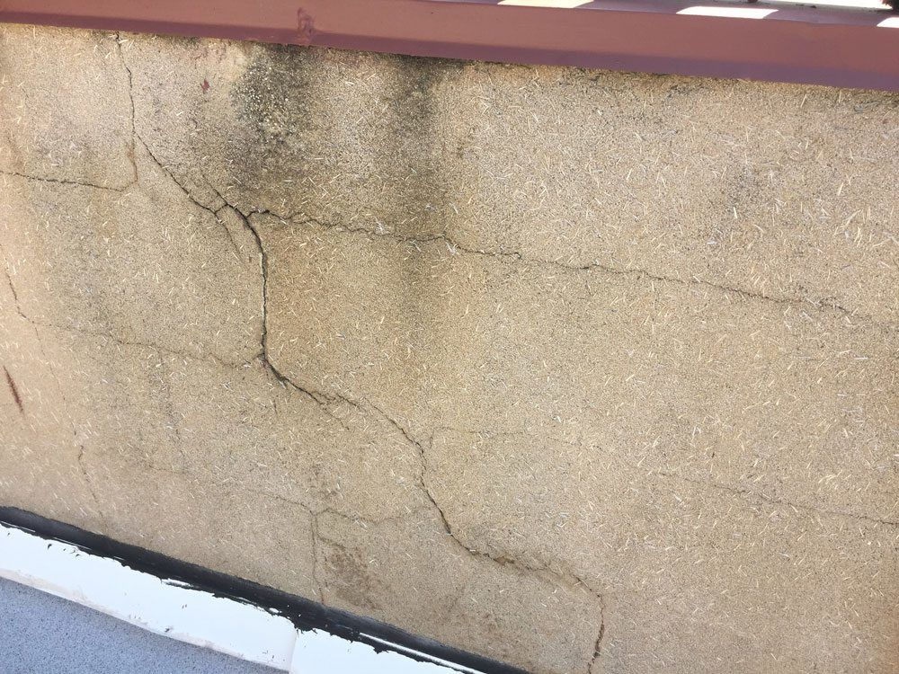 Cracks on the wall cause flat roof leaks